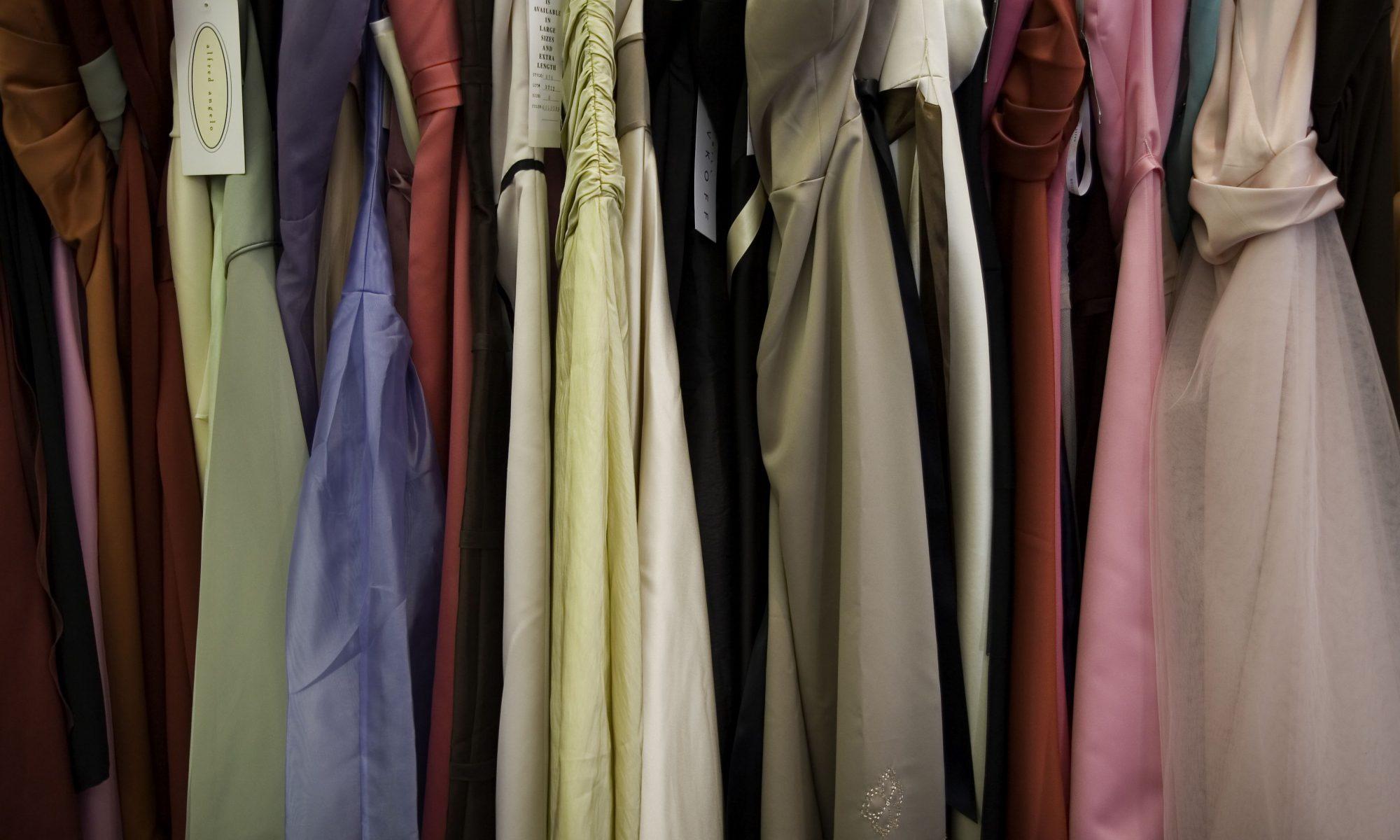 odzież damska - sukienki w szafie