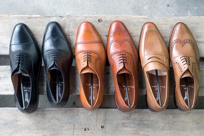 lakierowane pantofle męskie