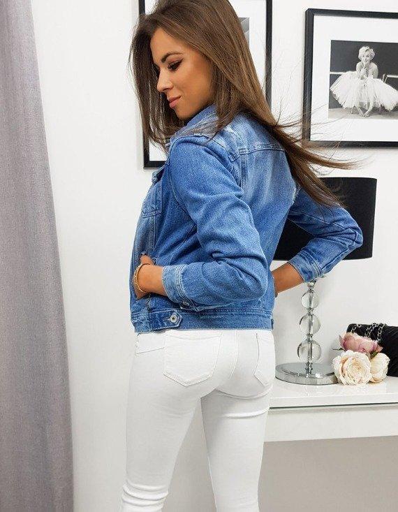 kobieta w modnej dżinsowej kurtce