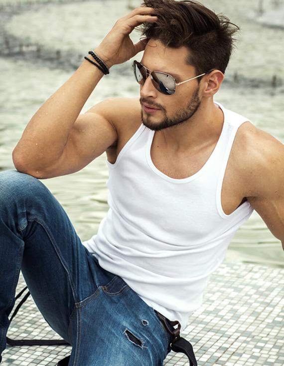 mężczyzna w białej koszulce na ramiączkach